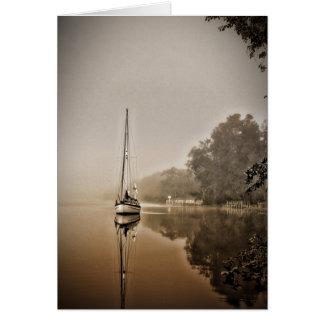 Veleiro no cartão da névoa
