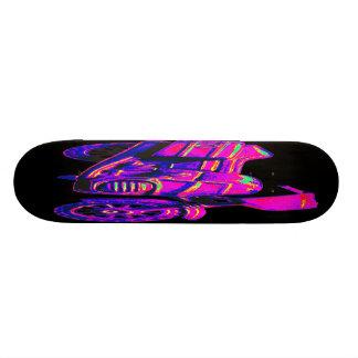 Velomotor, rosa na parte traseira do preto shape de skate 18,7cm