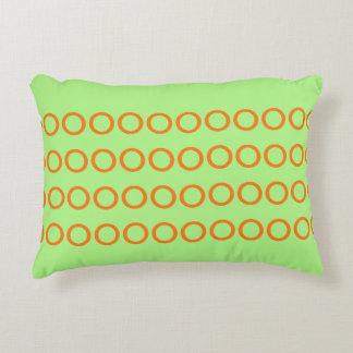 Verde do travesseiro com os círculos alaranjados almofada decorativa