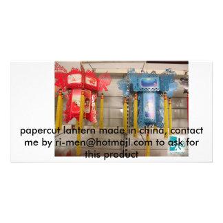 vermelho e azul, lanterna do papercut feita na por cartoes com foto