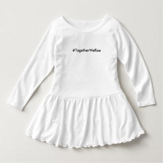 Vestido branco do plissado da criança do