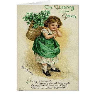 Vestir-se do cartão do dia do St Patrick verde