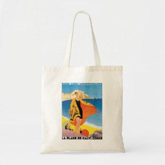 Viagens vintage, praia do verão com a mulher em sacola tote budget