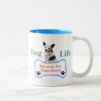 Vida do cão porque todos os cães balançam a caneca