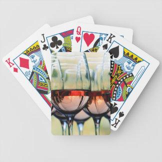 Vidros de vinho enchidos com a capa da montagem jogo de baralho