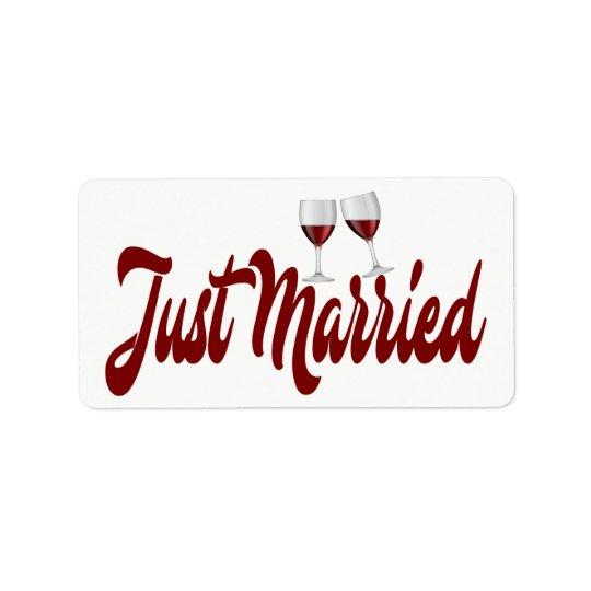 Vidros de vinho vermelhos do recem casados de etiqueta de endereço