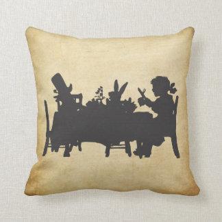 Vintage Alice no coxim do tea party do país das ma Travesseiro De Decoração