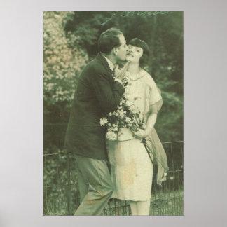 Vintage France, casal Loving, beijo e flores Pôster