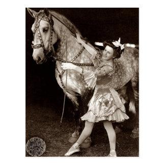 Vintage uma menina e um cavalo do circo cartões postais