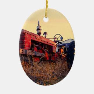vintage vermelho da máquina do trator velho ornamento de cerâmica oval