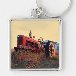 vintage vermelho da máquina do trator velho chaveiro quadrado na cor prata