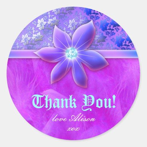 Violeta floral do laço da boa de pena da forma adesivo em formato redondo