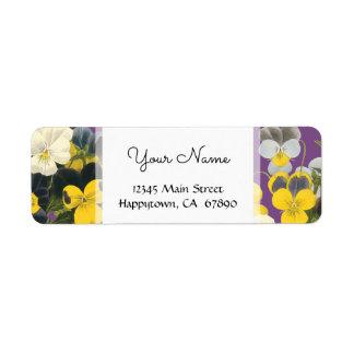 Violetas e etiquetas de endereço feitas sob