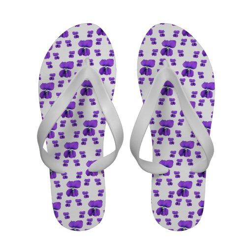 Violetas roxas no branco sandálias de praia