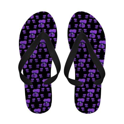 Violetas roxas no preto sandalia de dedo