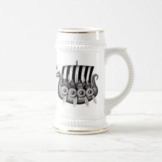 Viquingues no desenho preto e branco da tinta da caneca de cerveja