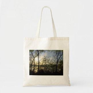 Vista através das árvores bolsas para compras