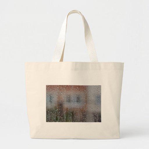 Vista de uma janela molhada bolsas de lona