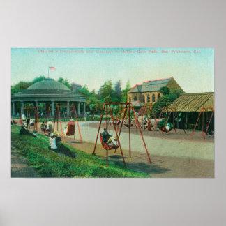 Vista do campo de jogos das crianças no Golden Gat Poster