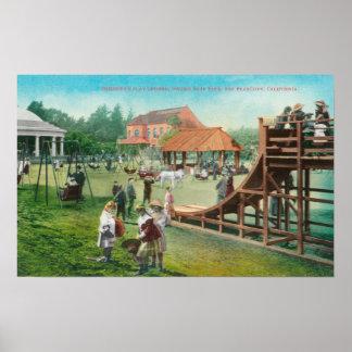 Vista do campo de jogos das crianças poster