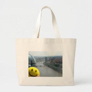 Vista feliz bolsa para compra