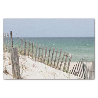 Vista para o mar através da cerca da praia papel de seda