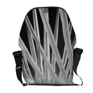 Vista preta & branca das frondas da palmeira bolsa mensageiro