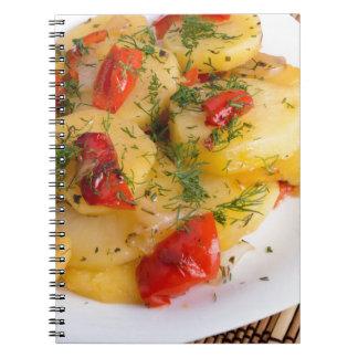 Vista superior do prato de vegetariano da batata cadernos