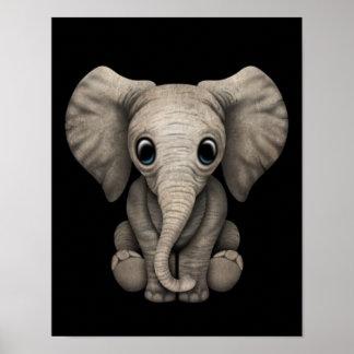Vitela bonito do elefante do bebê que senta-se par posters