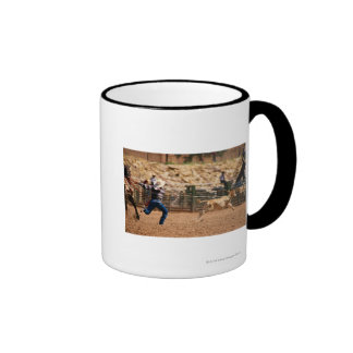Vitela roping do vaqueiro no rodeio caneca com contorno