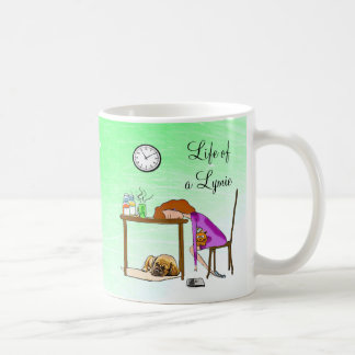 Vivendo a caneca desgastada vida da senhora café