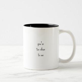 Você é demasiado próximo a mim caneca de café