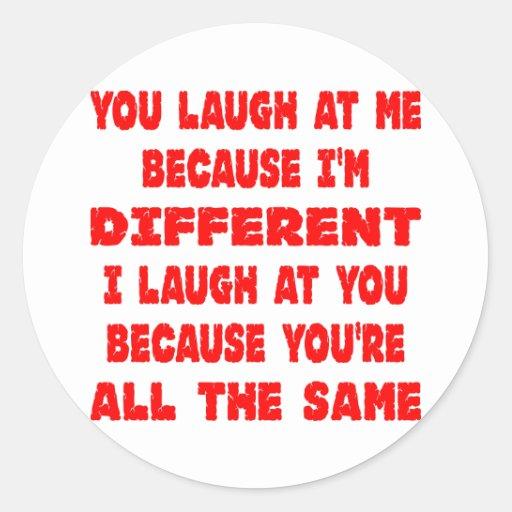Você ri de me porque eu sou diferente mim rio adesivo em formato redondo