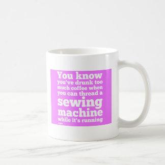 Você sabe que você tem o bebado demasiado café… caneca de café