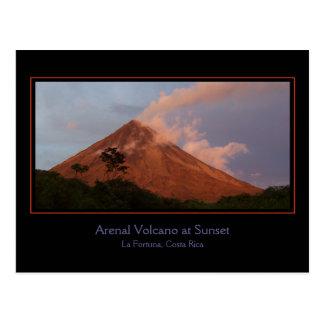 Vulcão de Arenal no cartão do por do sol Cartão Postal