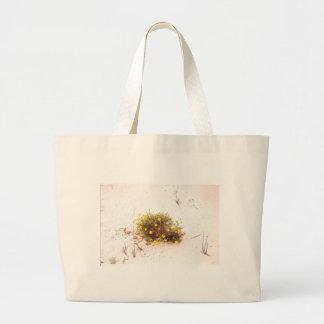 Wildflowers amarelos na areia branca bolsas para compras