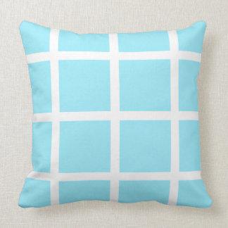 Windowpane branco em azul-céu do verão almofada