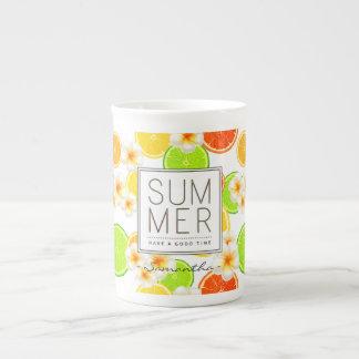 Xícara De Chá Frutas frescas do verão e flores exóticas do