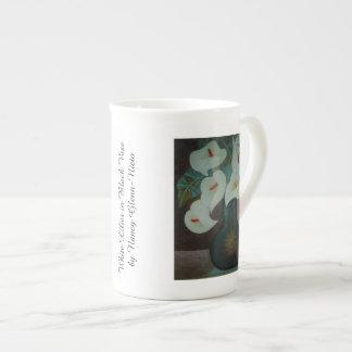 Xícara De Chá Lírios brancos no vaso preto