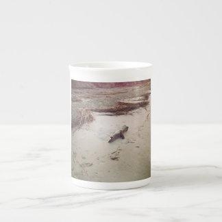 Xícara De Chá Madeira lançada costa do nascer do sol na ilha de