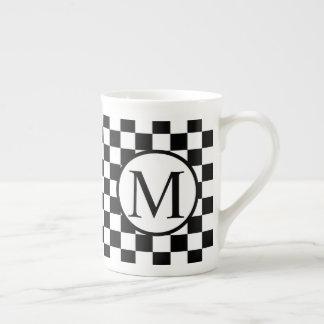 Xícara De Chá Monograma simples com tabuleiro de damas preto
