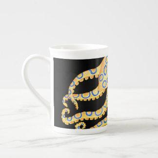 Xícara De Chá Polvo azul do anel no preto