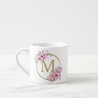Xícara De Espresso Aguarela chique do monograma do círculo floral &