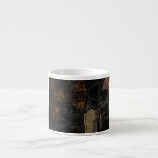 Xícara De Espresso Homem com máscara protetora na placa de metal