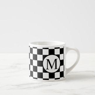 Xícara De Espresso Monograma simples com tabuleiro de damas preto