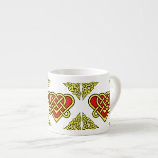 Xícara De Espresso O céltico/Gadhlig trançou o nó do coração, ouro