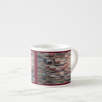 Xícara De Espresso Pilhas de livro empilhadas acima do firmado