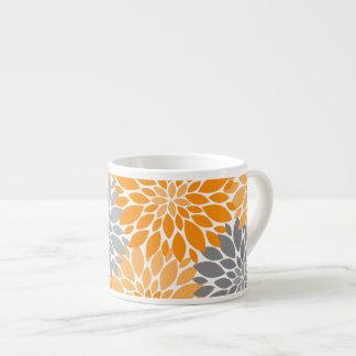 Xícara De Espresso Teste padrão floral dos crisântemos alaranjados e
