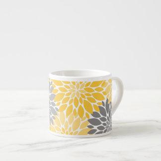 Xícara De Espresso Teste padrão floral dos crisântemos amarelos e