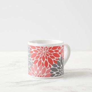 Xícara De Espresso Teste padrão floral dos crisântemos corais e